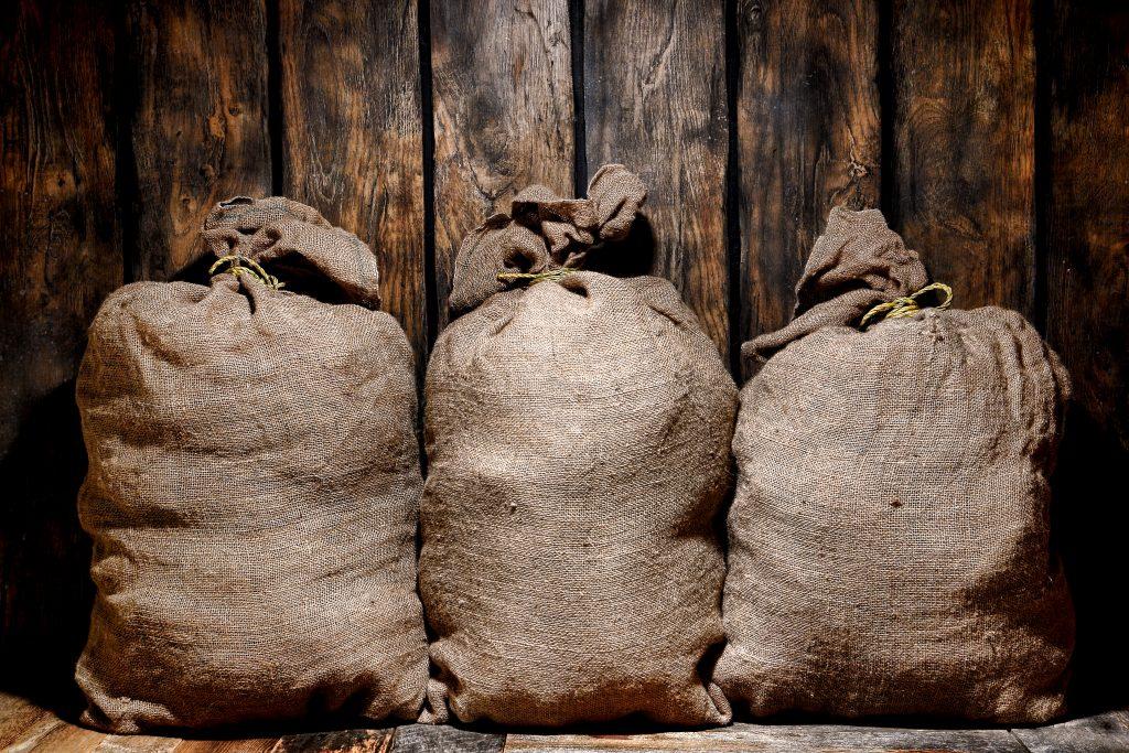При какой температуре хранить картофель, условия хранения картошки зимой?