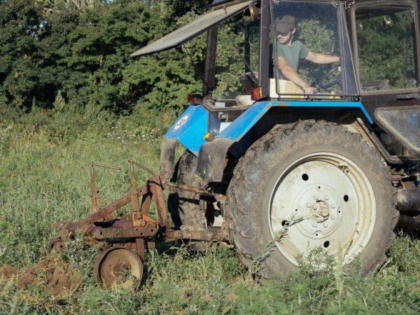Копалку крепим к трактору