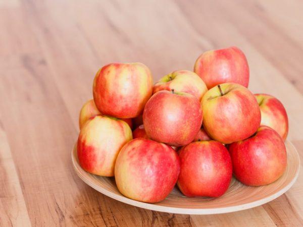 При хорошем поливе яблоки будут очень сочными