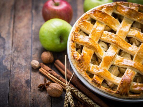 С яблоками можно стряпать различные пироги