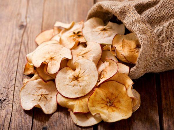 Сушеные яблочки лучше всего хранить в тряпичном мешочке