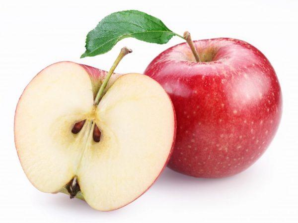 При взаимодействии с кислородом в яблоке начинается химическая реакция
